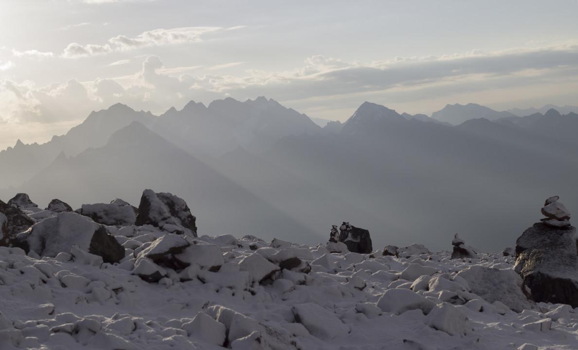 ხედი კარვიდან, შავი ჯვრის საბანაკე ადგილიდან, დაბრუნების ბოლო დღეს მოთოვა, 26 აგვისტო, ფოტო:ზაზა ბურჯანაძე