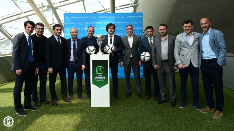 მმართველი გუნდის დეპუტატები, პარლამენტის თავმჯდომარე და ფეხბურთის ფედერაციის ხელმძღვანელები. ფოტო: GFF