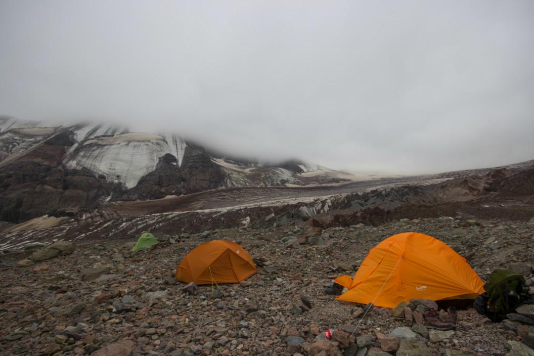 შავი ჯვრის საბანაკე, ზღვის დონიდან დაახლოებით 3800 მეტრი, მწვერვალზე გასვლის წინა დღე, ნისლით არის დაფარული გარემო, 24 აგვისტო, ფოტო: ზაზა ბურჯანაძე