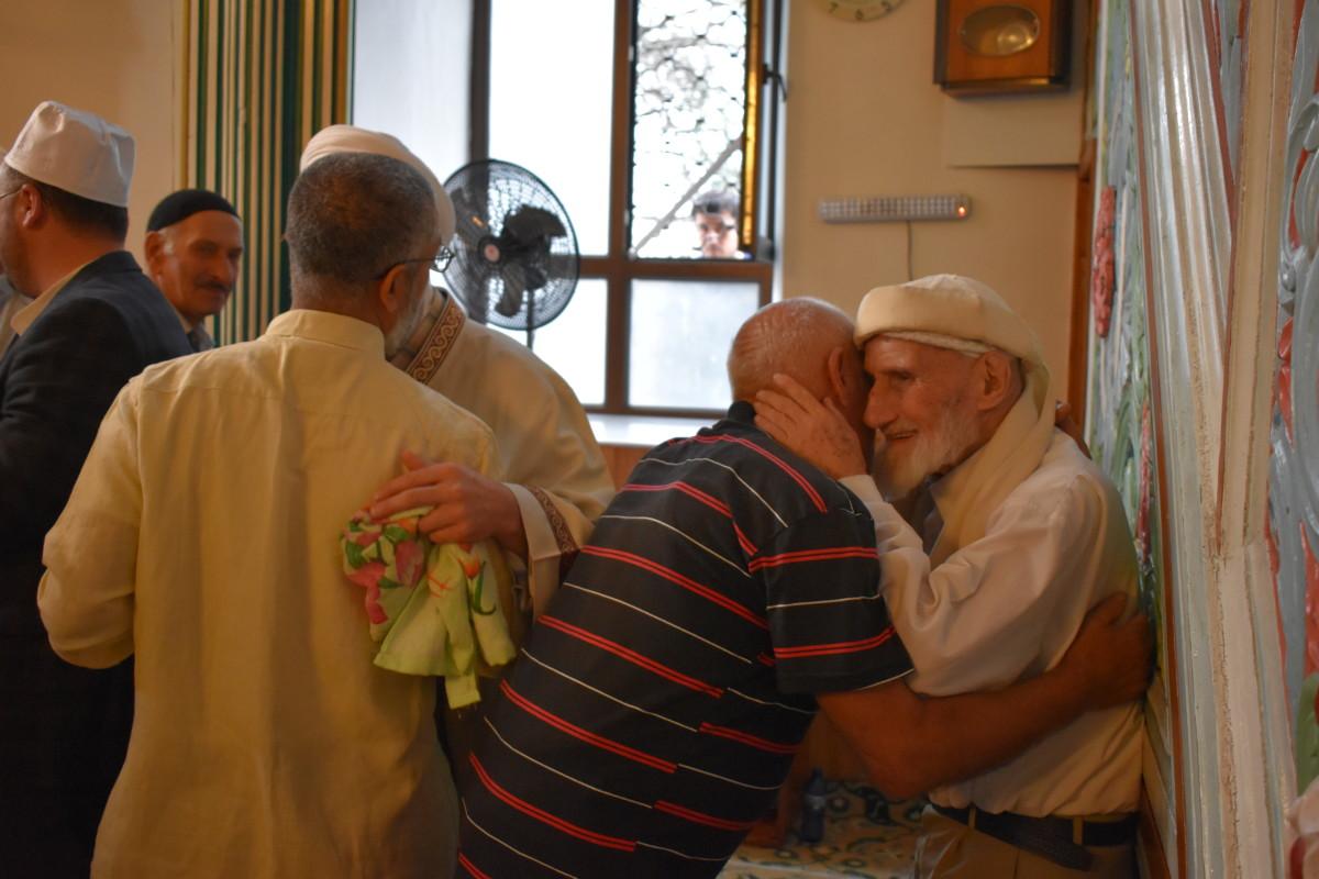 ლოცვის შემდეგ მუსლიმები ერთმანეთს ყურბან-ბაირამს ულოცავენ
