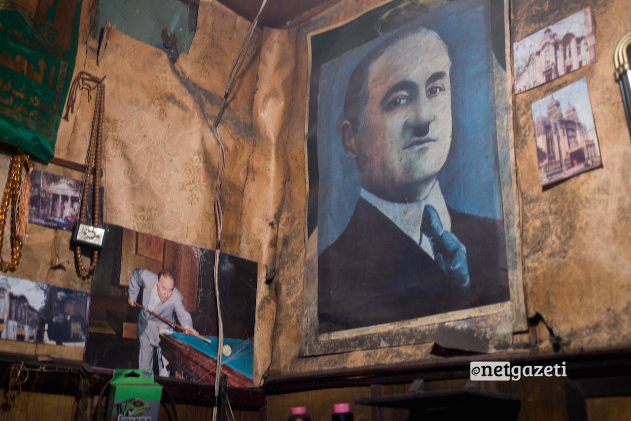 ჰეიდარ ალიევი ბილიარდს თამაშობს - ფოტო მეწაღის ოთახის კედელზე; აზერბაიჯანი