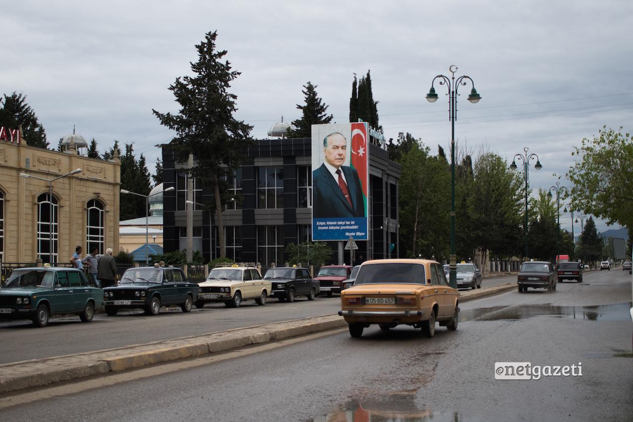 """წარწერა ჰეიდარ ალიევის პორტრეტზე """"თავისუფლება და დამოუკიდებლობა ნებისმიერი ერის მთავარი მონაპოვარია""""; აზერბაიჯანი, ქალაქი თოვუზი"""