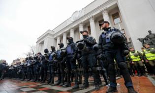 უკარინის პარლამენტთან , აქციის დროს, პოლიცია მობილიზდა. უკრაინა, კიევი, 17 ოქტომბერი 2017 წელი. ფოტო:EPA-EFE/SERGEY DOLZHENKO
