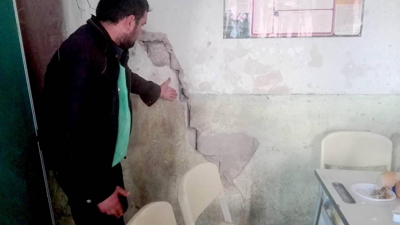 საარჩევნო კომისიის წევრი კლასის დაბზარულ კედლებს გვაჩვენებს; სკოლა სოფელ კიროვკაში, მარნეული; 2017, ფოტო: ნეტგაზეთი