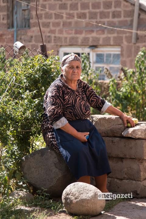 ამალია ნიკოიანი, 75 წლის. 19 წლის ასაკში დაქორწინდა. მისი ქმარი მთელი ცხოვრების განმავლობაში რუსეთში მუშაობდა. მშობლიურ სოფელში კი მხოლოდ წელს დაბრუნდა, ისიც ჯანმრთელობის პრობლემის გამო. მისი უფროსი შვილი საზღვარგარეთ 30 წლის წინ წავიდა, უმცროსი - 15 წლის წინ. ამალია სულ გზისკენ უჭირავს თვალი. შვილები ყოველწელს ვერ ჩამოდიან სომხეთში. მათ საკუთარი ოჯახები ჰყავთ და რუსეთში ცხოვრობენ.