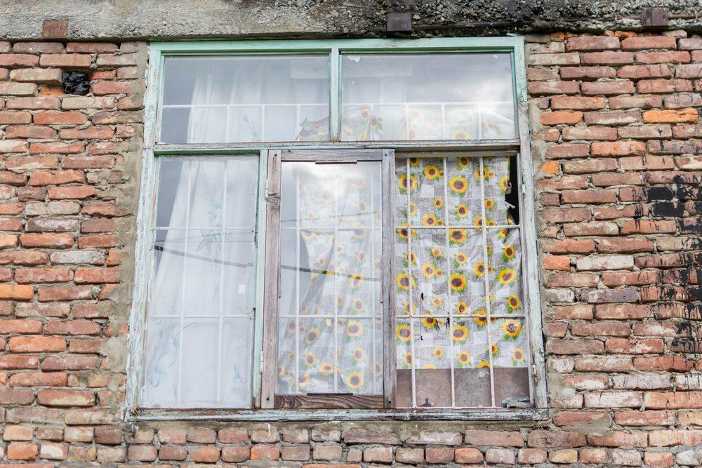 """ერთ-ერთი ოთახის ფანჯარა """"ვექტორის"""" დასახლებაში. ფოტო: ნეტგაზეთი/ქეთი მაჭავარიანი"""
