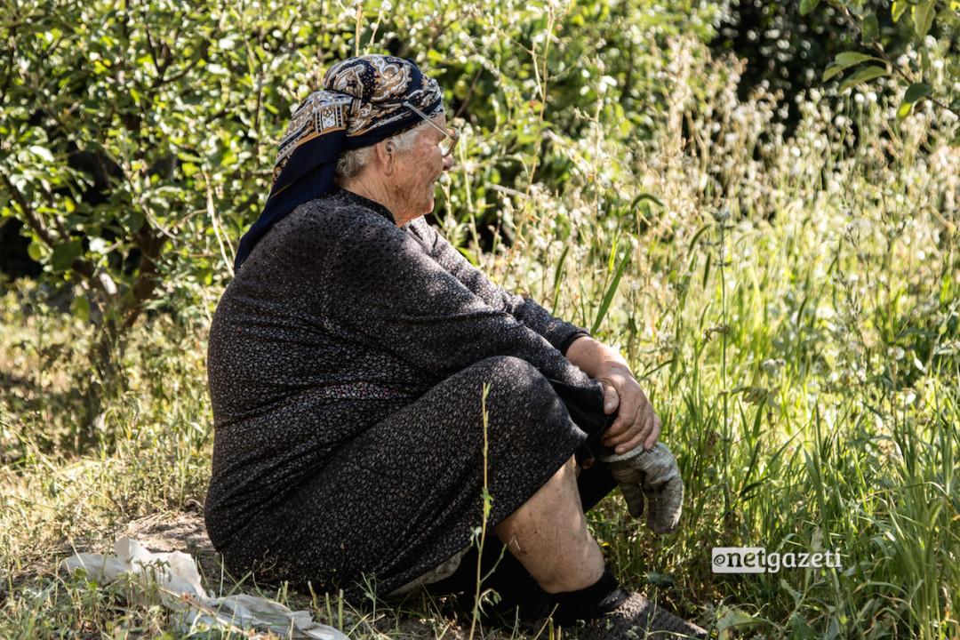81 წლის ნინა სოგომონიანი 63 წლის წინ დაქორწინდა. სპიტაკის 1988 წლის მიწისძვრის შემდეგ, მისი ქმარი და ორი ბიჭი სამუშაო საზღვარგარეთ წავიდნენ. ბაღში ჯდომის დროს ის 40 წლის მეზობელ გეგუშს უყურებს. ამბობს, რომ გული წყდება, თავად რომ აღარაა ახალგაზრდა და მუშაობა არ შეუძლია, თუმცა, იმაზეც წუხს, რომ მისი მეზობელსაც რუსეთში სამუშაოდ წასული ქმრის გარეშე, მარტო უწევს ცხოვრება.
