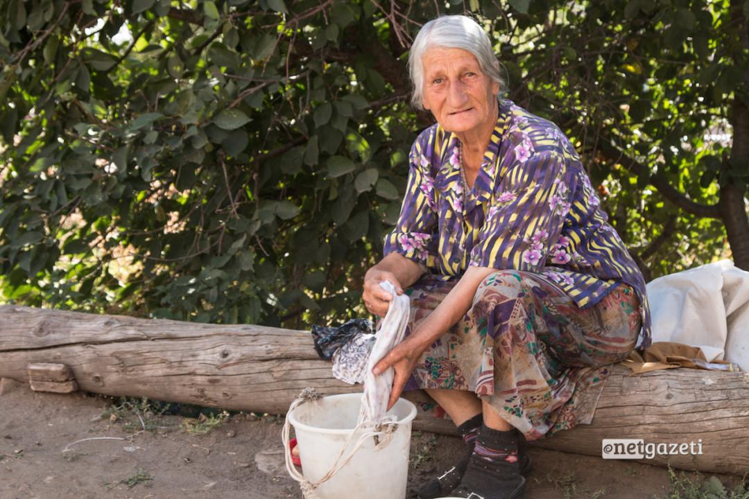 76 წლის როზა ალექსანიანის ქმარი და შვილი რუსეთის სხვადასხვა ქალაქში მუშაობებ. როზას ქმარი ყოველ წელს ჩამოდის სახლში. როზა ამბობს, რომ შვილი ენატრება.