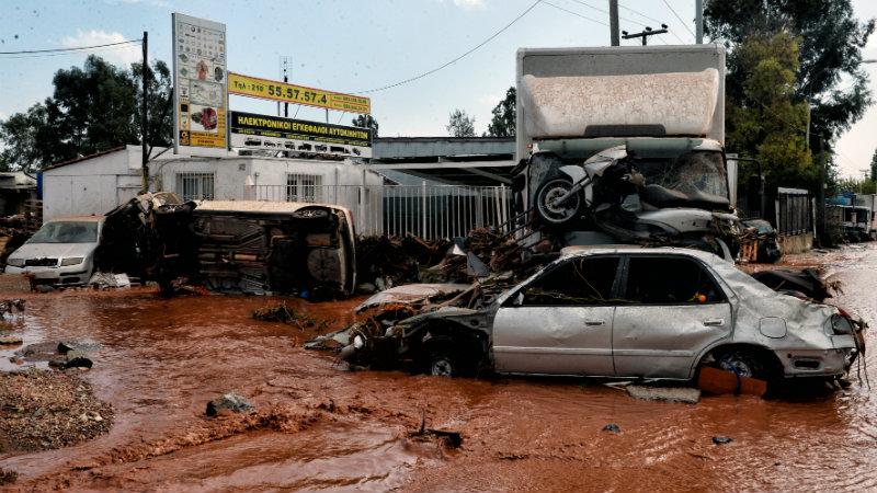 საბერძნეთის რამდენიმე ქალაქში ძლიერ წყალდიდობას 15 კაცი ემსხვერპლა. ქალაქებს შორის განსაკუთრებით დაზარალდა მანდრა, მეგარა და ნეა პერამოსი. 15 ნოემბერი, 2017 წელი, მანდრა, საბერძნეთი. ფოტო : EPA-EFE/VASSILIS PSOMAS