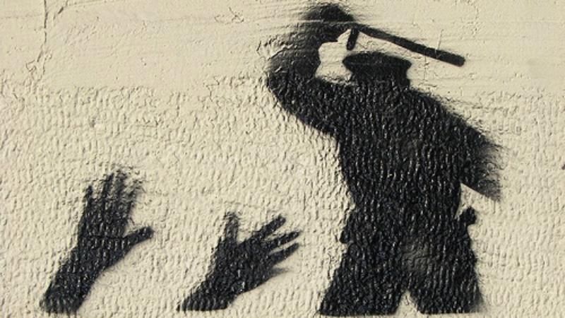 მოქალაქე პატრულს ძალადობასა და ნარკოტიკების ჩადების მუქარაში ადანაშაულებს