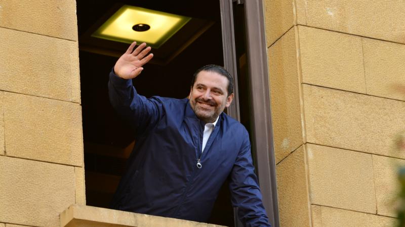 ლიბანის პრემიერი რეზიდენციიდან მხარდამჭერებს ესალმება. ფოტო: EPA/WAEL HAMZEH