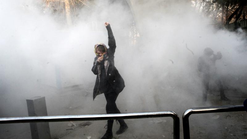 შეტაკებები თეირანის უნივერსიტეტთან პოლიციასა და სტუდენტებს შორის. ფოტო: STR