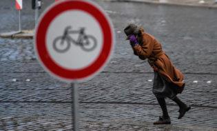 ქალი ცდილობს გადაადგილდეს ქარიშხლის დროს. დრეზდენი, გერმანია. 18.01.18 ფოტო: EPA