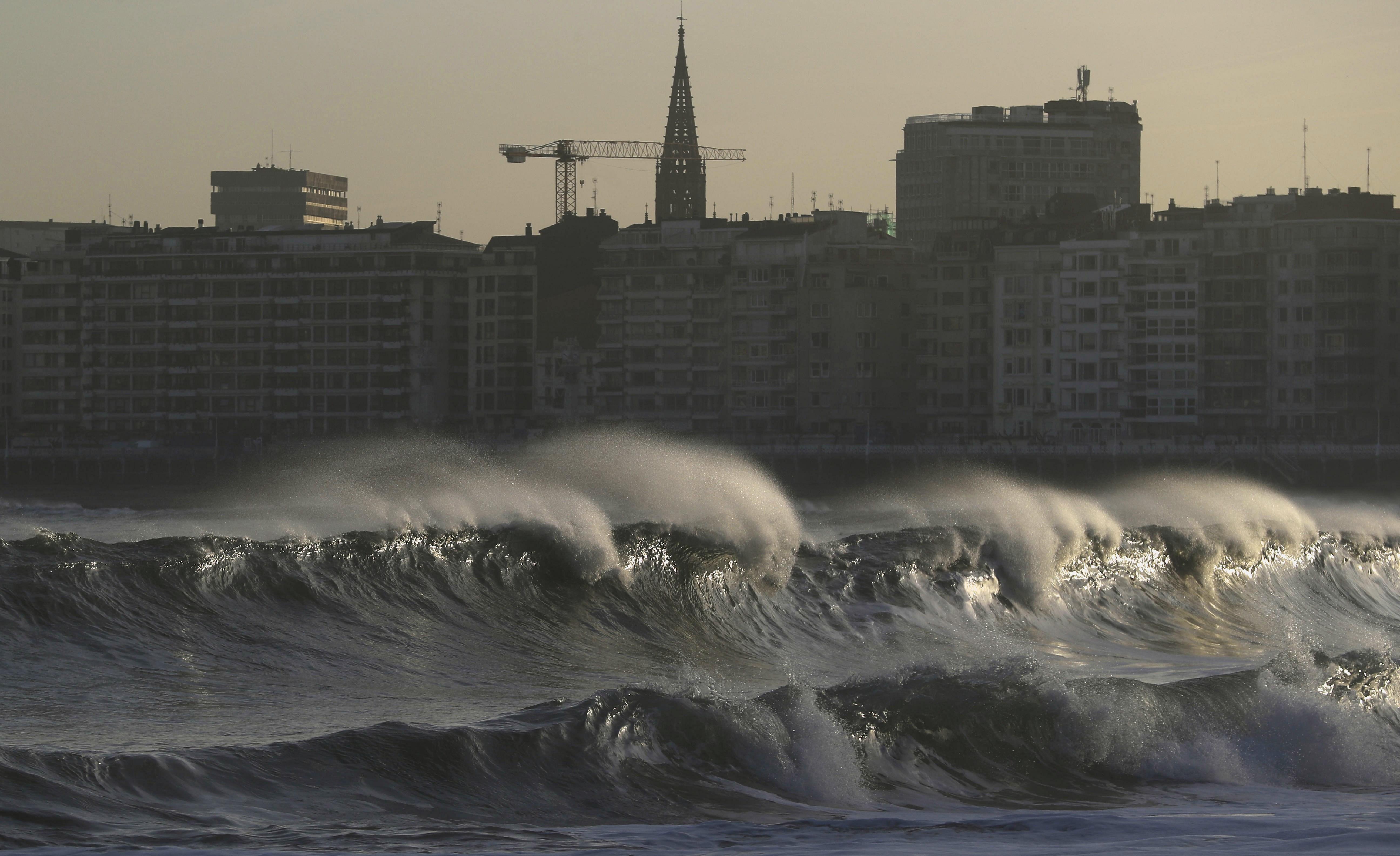 შტორმი ესპანეთის ქალაქ სან სებასტიანში. 18.01.18 ფოტო: EPA
