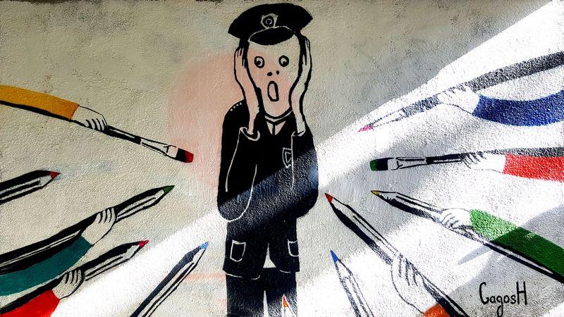 პოლიციელი ფერადი სამყაროს წინააღმდეგ – სტენსილი რუსთაველის გამზირზე