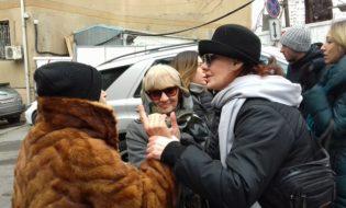 """""""ამხანაგობა19""""-ის წევრი ეკამათება კორპუსის მშენებლობის მოწინააღმდეგეს. ფოტო: მიხეილ გვაძაბია/ნეტგაზეთი"""