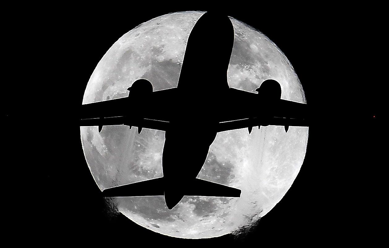 სუპერმთავრე და თვითმფრინავი ლონდონის თავზე. ფოტო: EPA/ANDY RAIN
