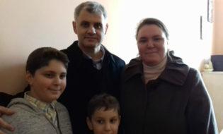 მუსტაფა ემრე ჩაბუქი გათავისუფლეს შემდეგ, ოჯახთან ერთად. ფოტო: ნეტგაზეთი/მიხეილ გვაძაბია
