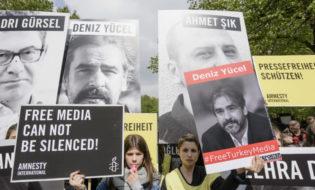 აქცია თურქეთის საელჩოსთან ბერლინში, პრესის თავისუფლების მოთზხოვნით. ფოტო: EPA/ CLEMENS BILAN