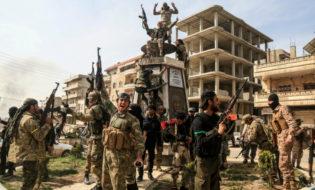 თურქეთის მხარდამჭერი მებრძოლები აფრინის ცენტრში. ფოტო: EPA/EFE