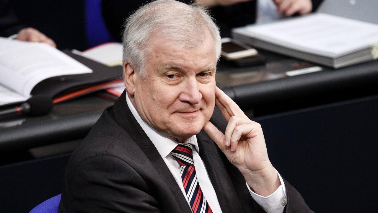 გერმანიის შს მინისტრს თავშესაფრებიდან მიგრანტების გარეთ გასვლის შეზღუდვა სურს