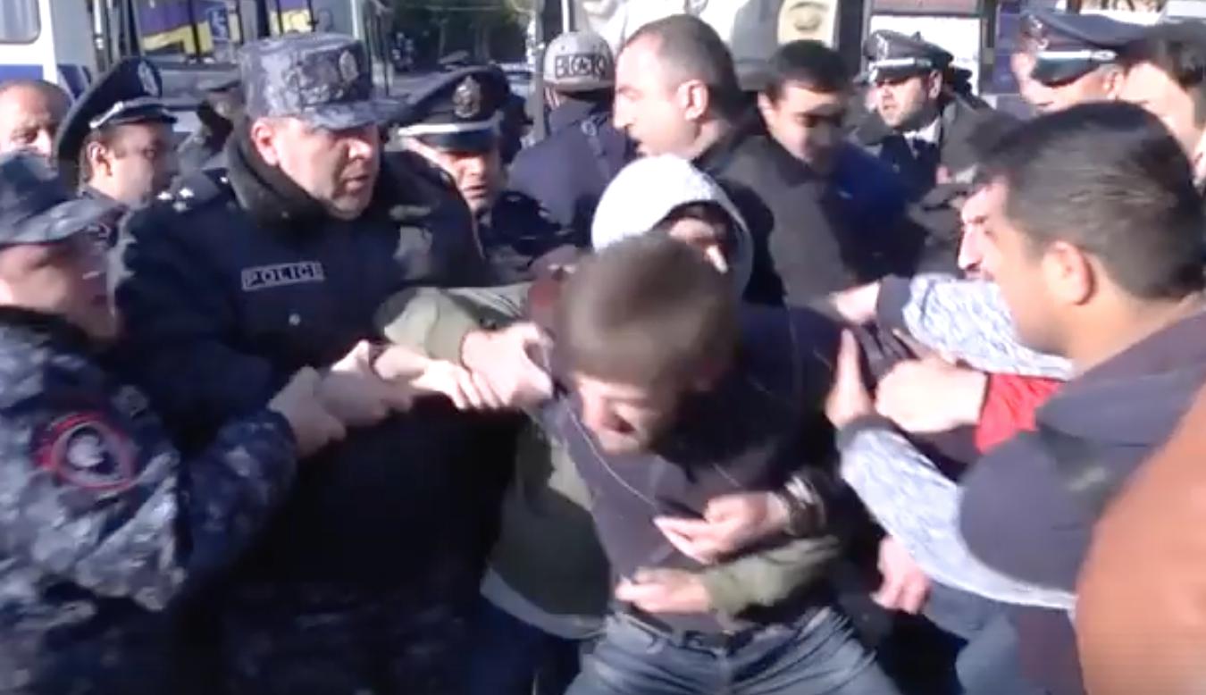 პოლიციამ ერევანში დემონსტრანტების დაკავება დაიწყო [video]