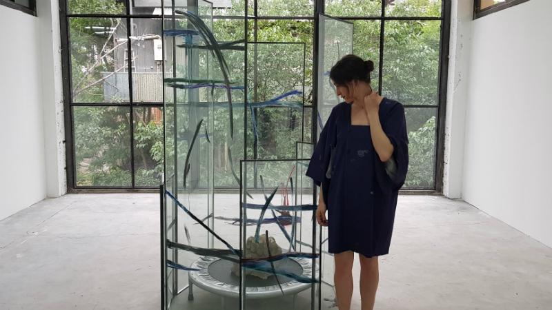ნინო საკანდელიძე თავის ნამუშევართან. ფოტო: ნეტგაზეთი/მიხეილ გვაძაბია