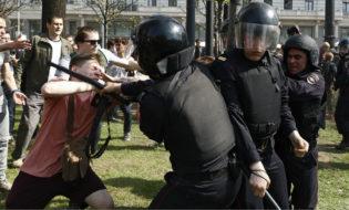 პოლიცია აკავებს აქციის მონაწილეს მოსკოვში. ფოტო: EPA/SERGEI ILNITSKY
