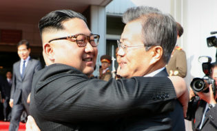 ორი კორეის ლიდერები. ფოტო: EPACHEONG WA DAE HANDOUT