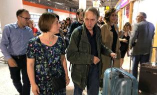 """მიშელ უელბეკი და """"ბაკურ სულაკაურის გამომცემლობის"""" დირექტორი თინა მამულაშვილი თბილისის აეროპორტში. ფოტო: """"ბაკურ სულაკაურის გამომცემლობა"""""""