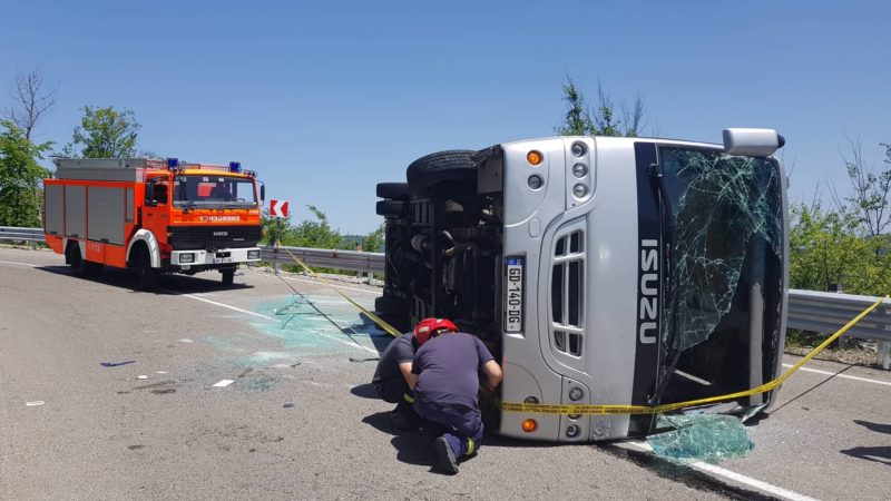 გომბორის გზაზე ტურისტების ავტობუსი გადაბრუნდა