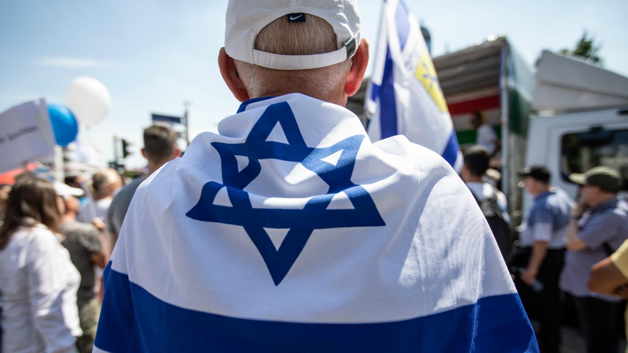 კაცი ისრაელის დროშით. ფოტო: EPA/OMER MESSINGER