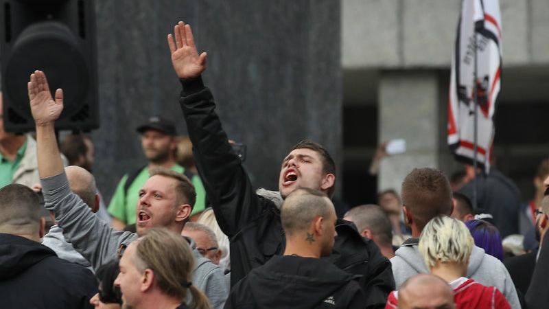 ნაცისტური მისალმება ულტრამემარჯვენეთა დემონსტრაციაზე. ფოტო: Sean Gallup/Getty Images