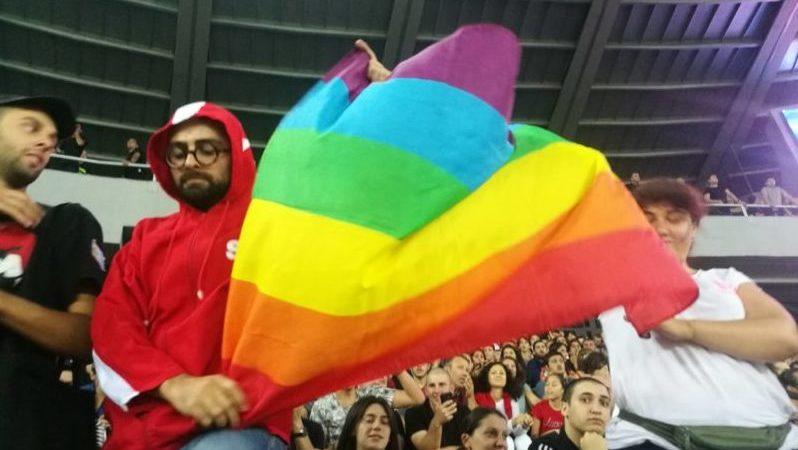 სტადიონზე თანასწორობის მოძრაობის წევრებს ლგბტ დროშა პოლიციამ არ გააშლევინა