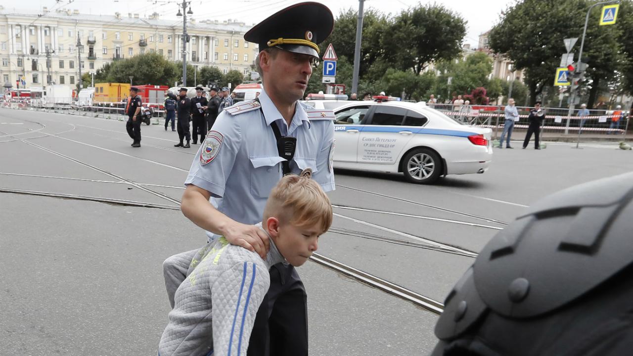 პოლიცია აკავებს არასრულწლოვანს პეტერბურგში მიმდინარე აქციაზე. ფოტო: EPA/ANATOLY MALTSEV
