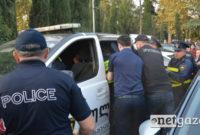 პოლიცია აკავებს ზურაბ ჯაფარიძეს. ფოტო: ნეტგაზეთი/მარიამ ბოგვერაძე