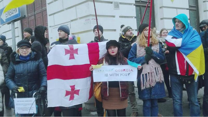 უკრაინის მხარდამჭერი აქცია რუსეთის საელჩოსთან, ვენაში. ფოტო: სოფო თავდიდაშვილი
