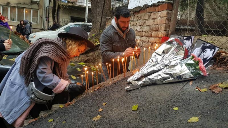 მოქალაქეები სანთლებს ანთებენ ხორავას ქუჩაზე მდებარე ეზოში, სადაც მკვლელობა მოხდა. ფოტო: ნეტგაზეთი/მიხეილ გვაძაბია