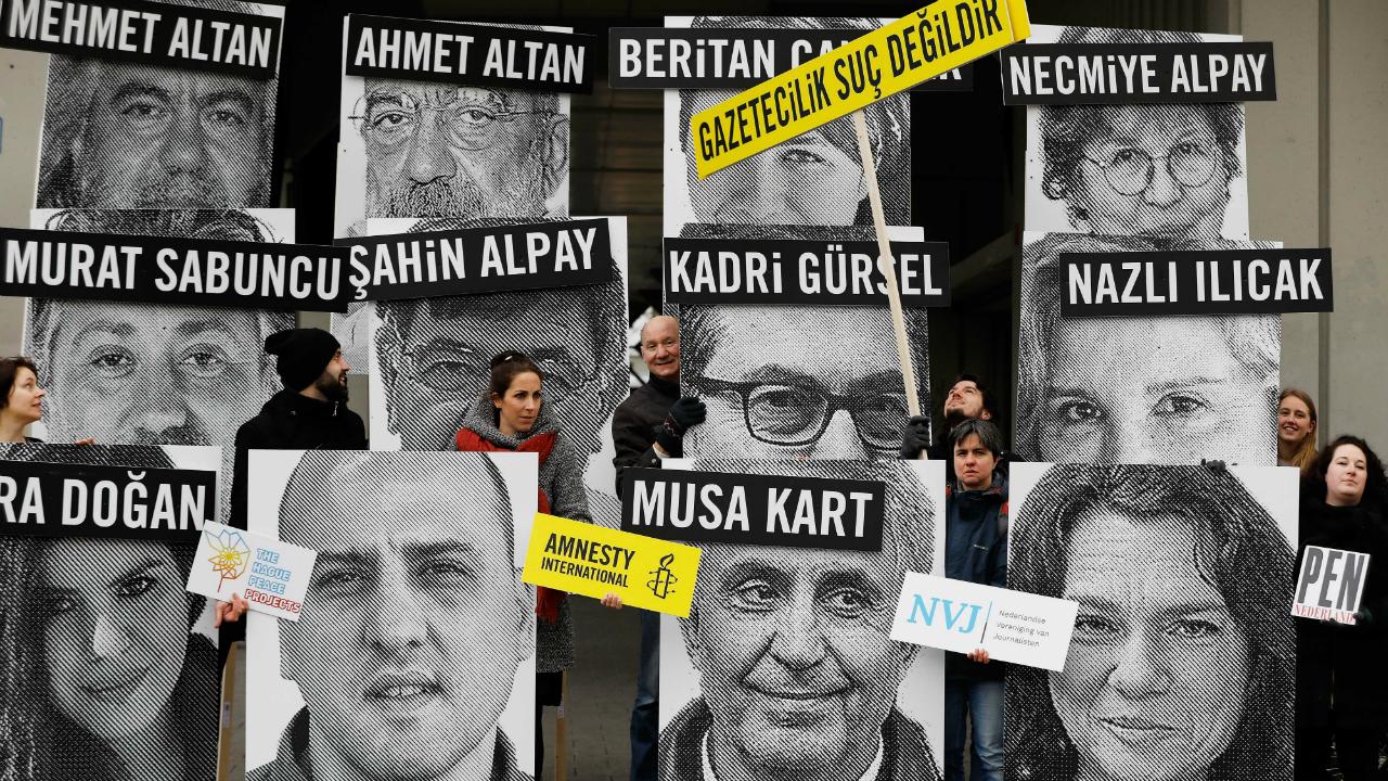 აქტივისტებს გამოფენილი აქვთ თურქეთში დაკავებული ჟურნალისტების პორტრეტები თურქეთის საკონსულოს წინ, ნიდერლანდების ქალაქ როტერდამში. ფოტო: EPA/BAS CZERWINSKI 24.02.17