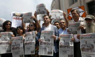 """გაზეთ """"ჯუმჰურიეთის"""" ჟურნალისტების მხარდამჭერი აქცია სტამბოლში. ფოტო: EPA/ERDEM SAHIN"""