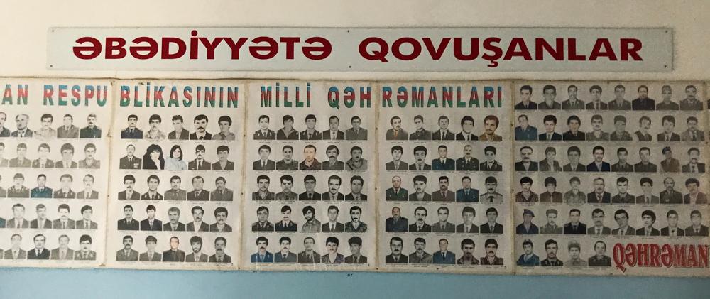 ყარაბაღის ომში დაღუპულთა სურათები ქუზანლის ერთ–ერთ სკოლაში. ფოტო: ევრაზიანეტი