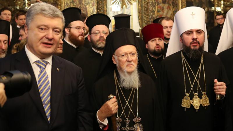 უკრაინის ეკლესიის ავტოკეფალიის ტომოსის გაფორმება. ფოტო: EPA/ERDEM SAHIN