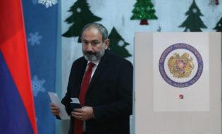 ნიკოლ ფაშინიანი ხმას აძლევს სომხეთის ვადამდელ საპარლამენტო არჩევნებზე. ფოტო: EPA/VAHRAM BAGHDASARYAN