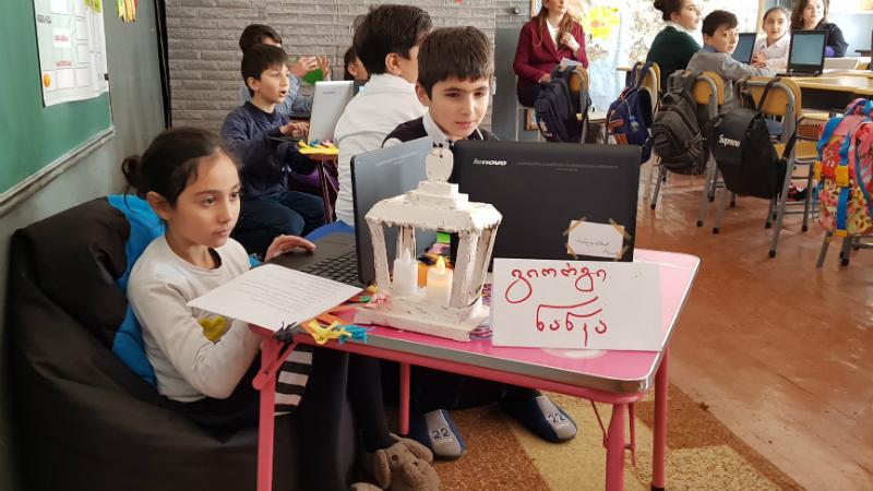 მოსწავლეები ჯგუფურად მუშაობისას. ფოტო: ნეტგაზეთი/მიხეილ გვაძაბია