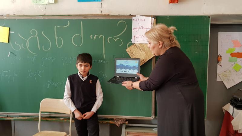 ირმა შველიძე მოსწავლესთან ერთად, ილუსტრაციის პრეზენტაციის წარდგენისას. ფოტო: ნეტგაზეთი/მიხეილ გვაძაბია