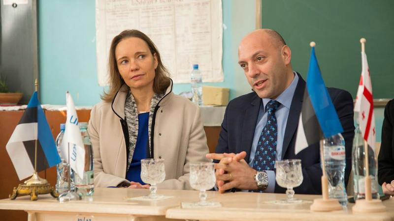ესტონეთის ელჩი საქართველოში, კაი კაარელსონი და გაეროს ბავშვთა ფონდის წარმომადგენელი, ღასან ხალილი მოსწავლეებთან შეხვედრისას. ფოტო: UNICEF GEORGIA