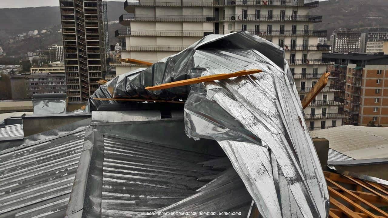 ძლიერი ქარის გამო თბილისში 15 შენობის სახურავი და 10 ავტომანქანა დაზიანდა