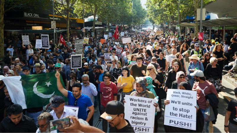 ავსტრალიის ქალაქ მელბურნში ადამიანები ქუჩაში გამოვიდნენ ფაშიზმისა და ისლამოფობიის წინააღმდეგ. ფოტო: EPA/EFE