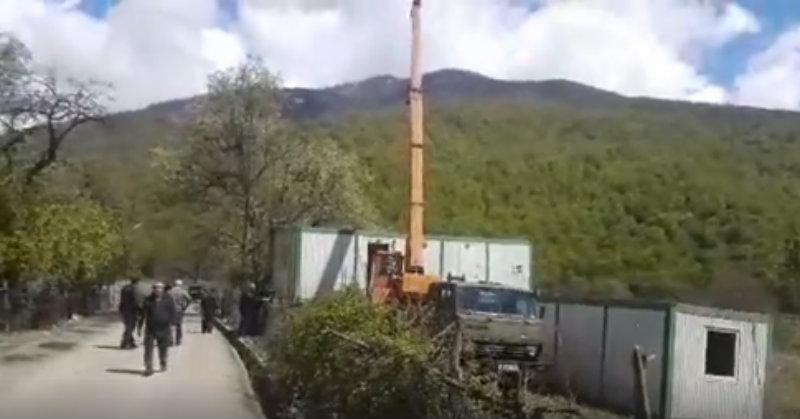 პანკისში, დაპირისპირების ადგილას, პოლიციის დროებით საგუშაგოებს დგამენ