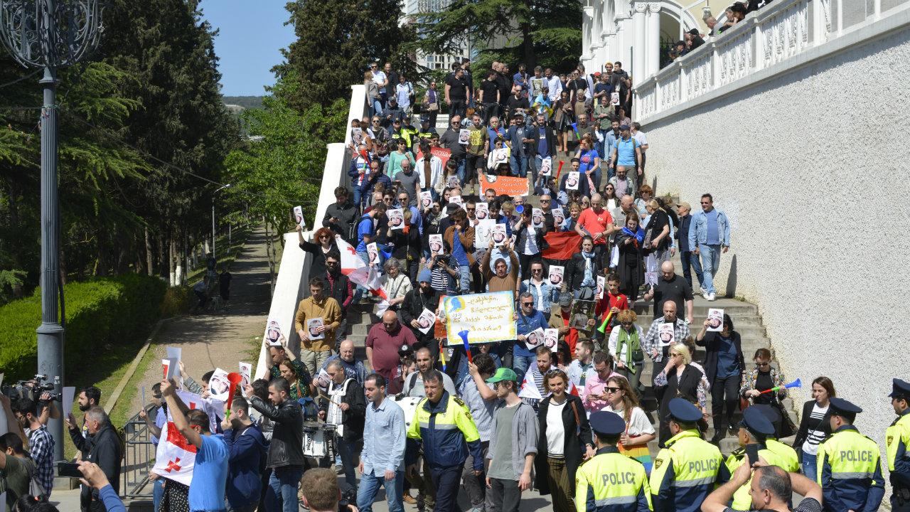 ანტისაოკუპაციო აქციის მონაწილეები ვაკის პარკის კიბეზე. ფოტო: ნეტგაზეთი/მიხეილ გვაძაბია